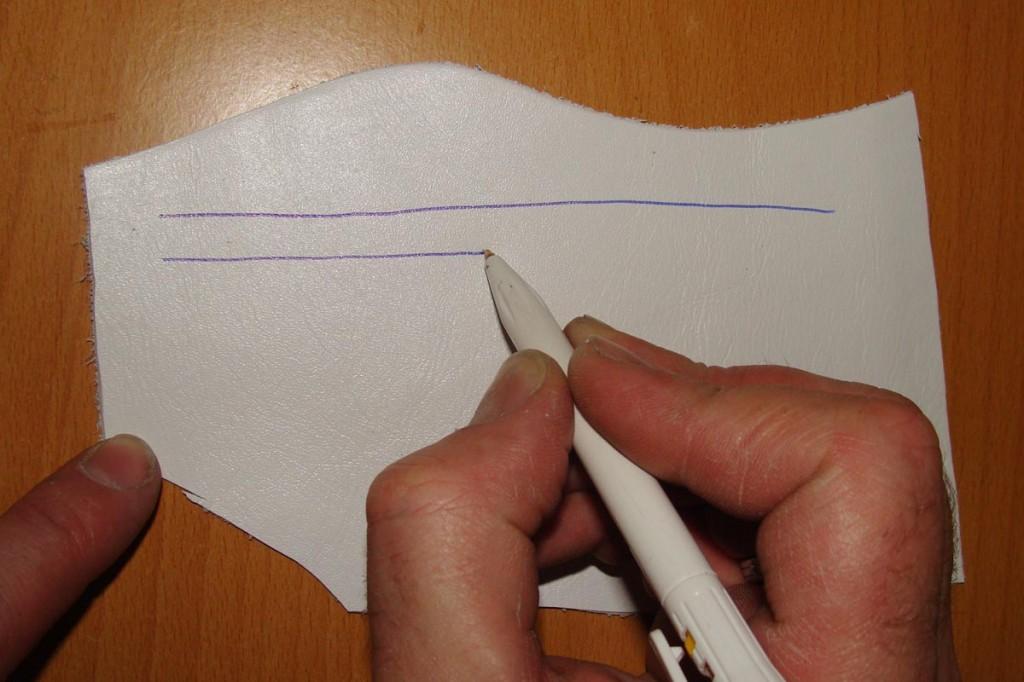 Рисуем шариковой ручкой на куске белой кожи