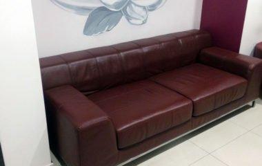 Новый кожаный диван в клинике «Юнона» после перекраски